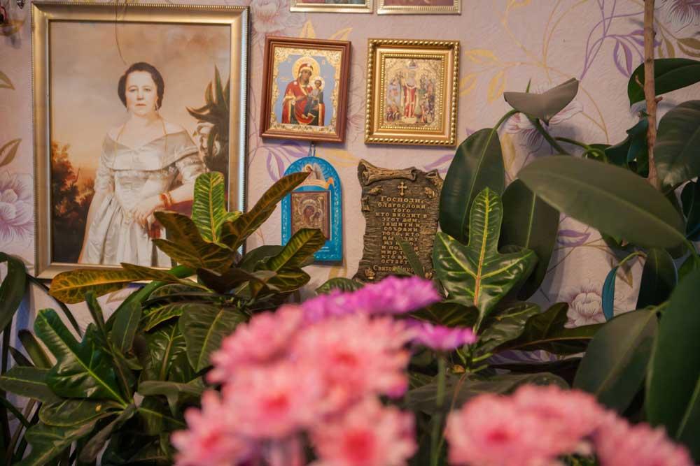 картина среди икон на стене