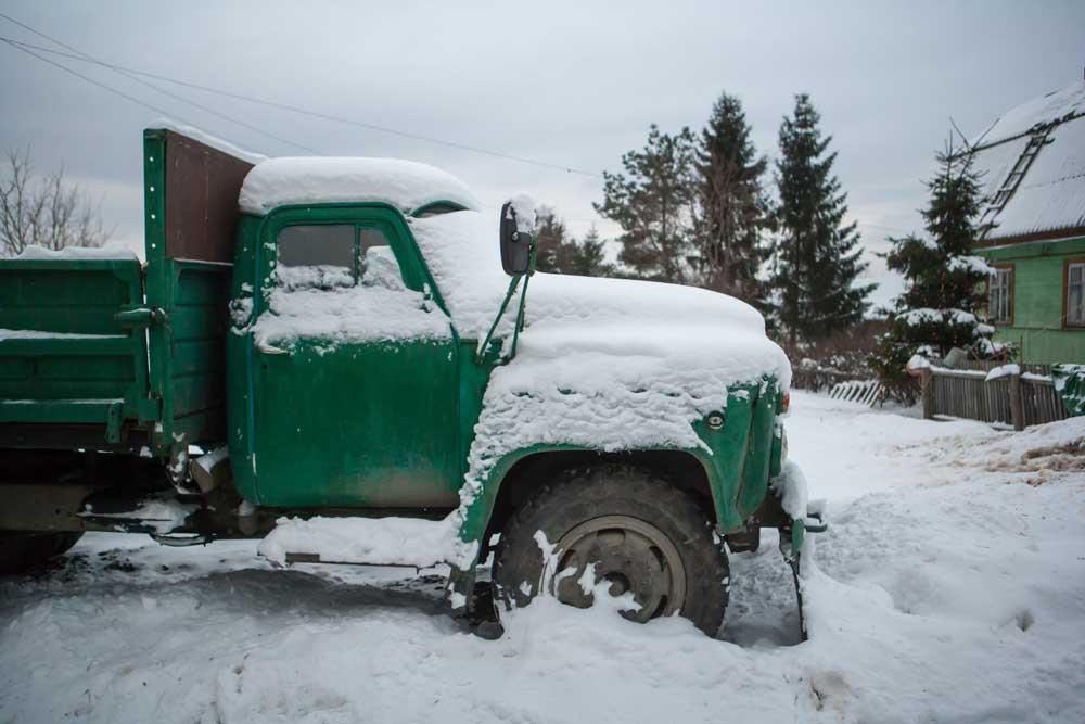 грузовое авто в снегу