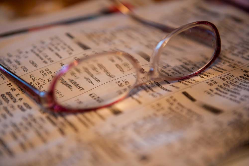Очки на газете
