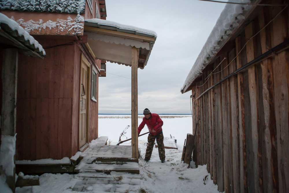 Уборка снега возле дома