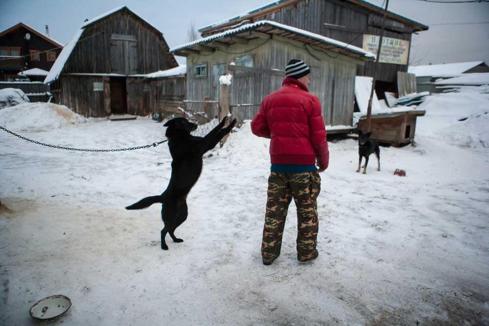 черный пёс и мужик в красной куртке