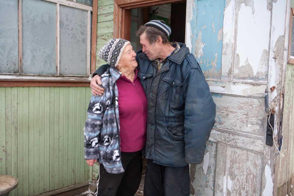 Юрьевна с мужчиной возле дома