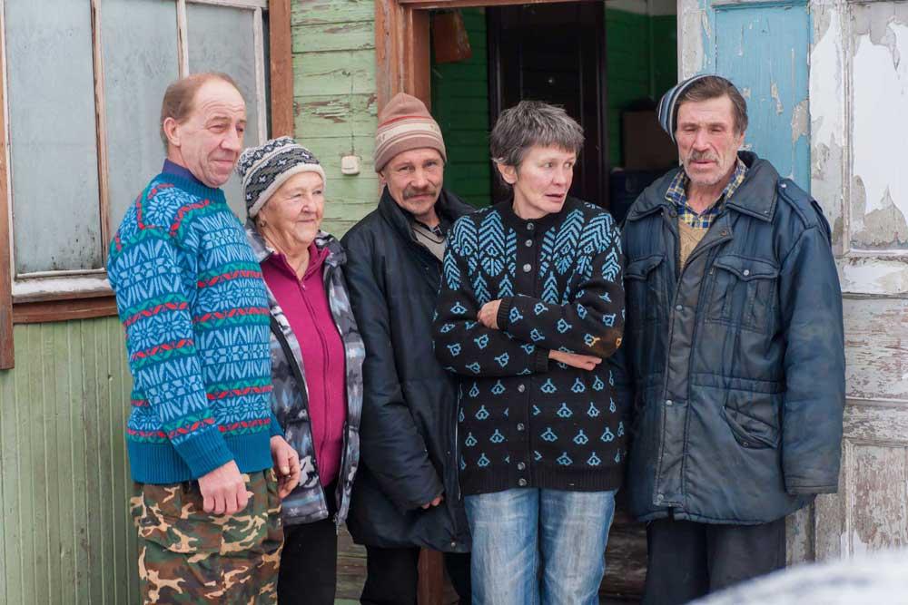 Старики возле дома Юрьевны